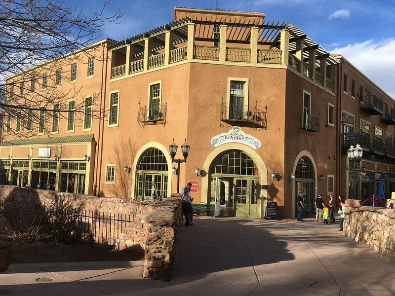Loft in Historic Spa Building in the center of Manitou Springs, location de vacances à Manitou Springs