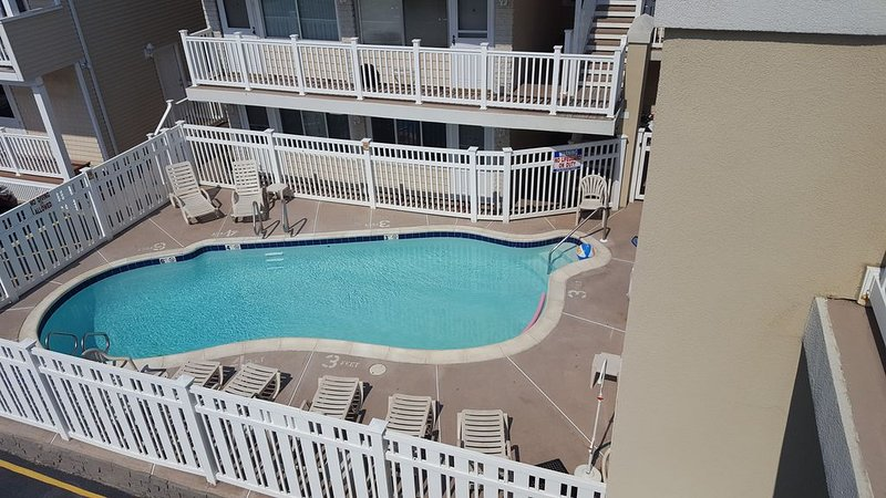 Beach Condo w/ In-Ground Pool, Seaside Heights, NJ (Sleeps 2), alquiler de vacaciones en Seaside Heights