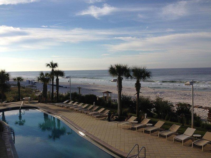 CALYPSO Oceanfront 2nd flr~ free beach service & WiFi~ across from Pier Park!, alquiler de vacaciones en Panama City Beach