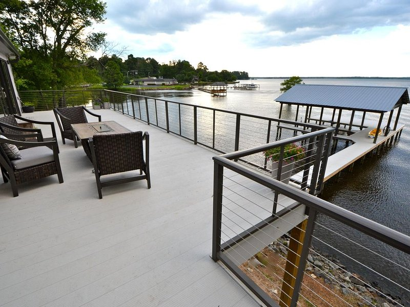 Fresh, Contemporary Lake House with Gourmet Kitchen and 2 Boat Slips, holiday rental in Shreveport