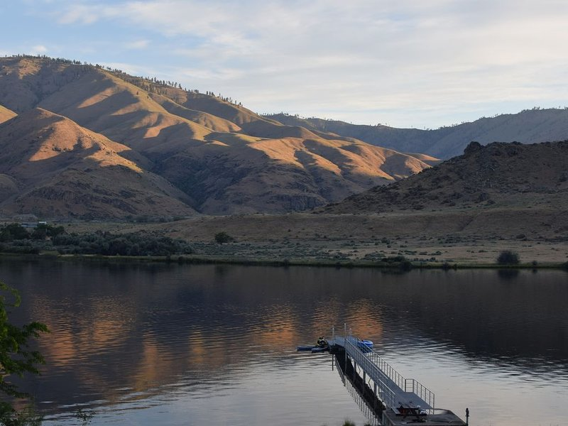 Waterfront Home with Dock in East Wenatchee- Sleeps 14, holiday rental in Entiat