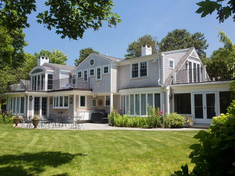 Pleasant Cape Cod-Style Home - One Block from North Bay!, aluguéis de temporada em Osterville