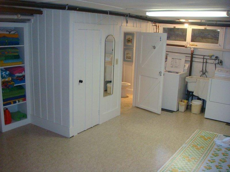 Área de lavandaria com banho de nível inferior.