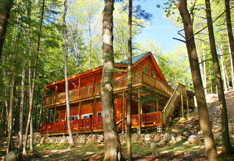 Private Lakefront Luxury Log Cabin with Outdoor Hottub!, vacation rental in Farmington
