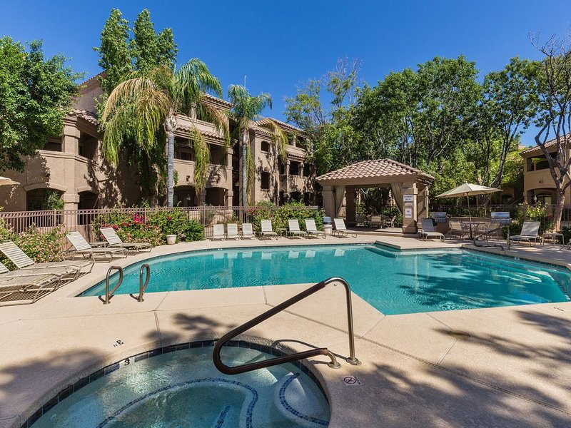 Poolside Condo - Prime North Scottsdale - Walk To Shops, Dining And Trails, holiday rental in Scottsdale