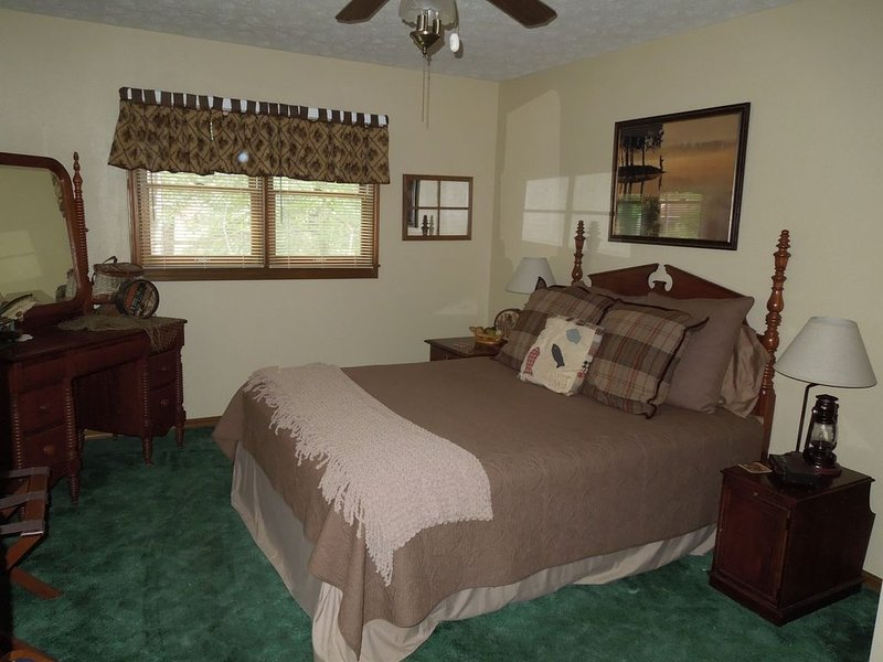 Cabin, 3 beds/baths, sleeps 8, large yard for pets, hot tub, stocked kitchen, holiday rental in Eureka Springs