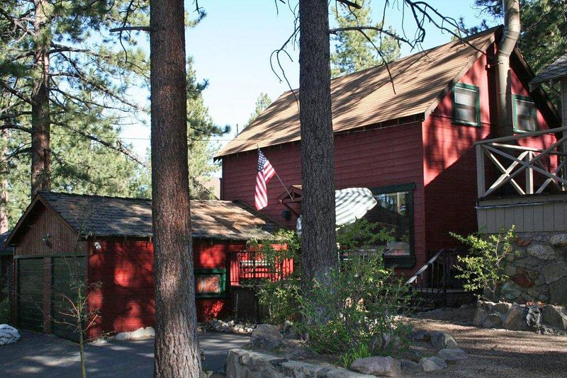 Classic Tahoe Home at Elk Point, Nv. on the Lake's South East Shore – semesterbostad i Zephyr Cove