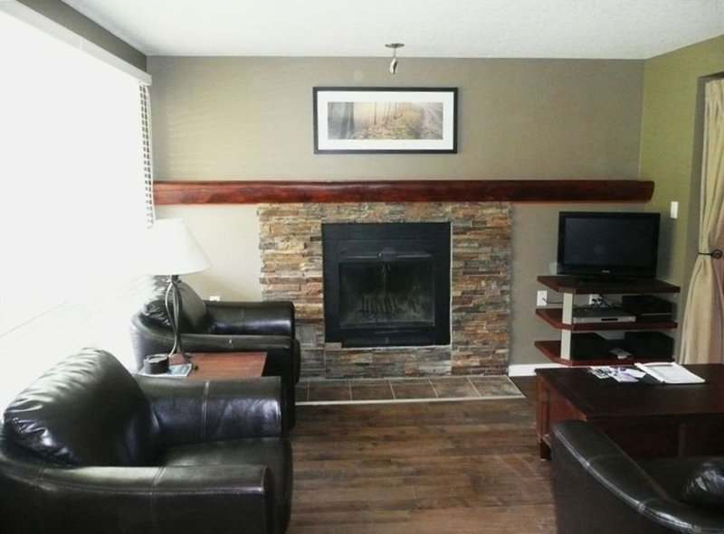 Perfect location One Bedroom Townhome: True Ski to Door with Sauna!, location de vacances à Panorama