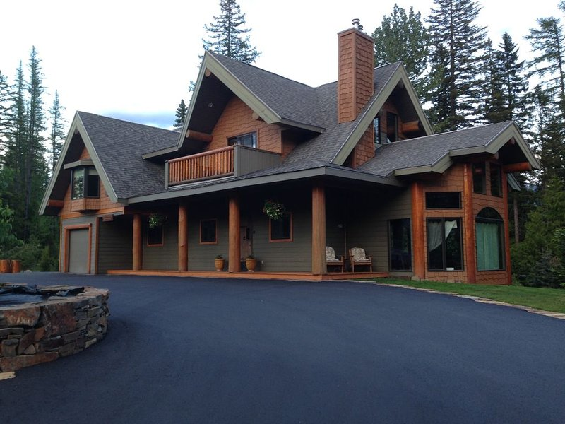 Ferniehouse - Ski in Chalet, Luxurious, Large decks,  80 Jet Hot-tub,, aluguéis de temporada em Fernie