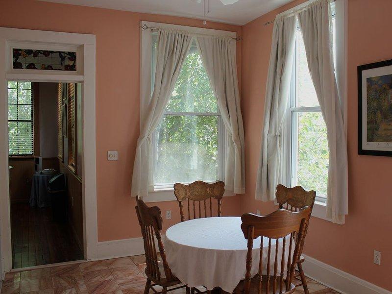 Isaiah Davenport-built Historic Row House, Near River St, Sleeps 14, casa vacanza a Pooler