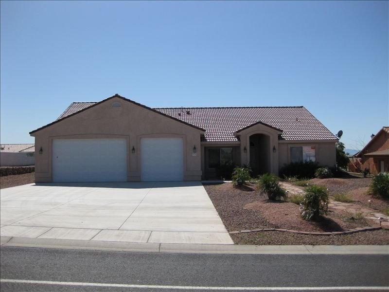 Quiet and Spacious 4-br home - Safe Neighborhood - SNOWBIRDS WELCOME – semesterbostad i Bullhead City