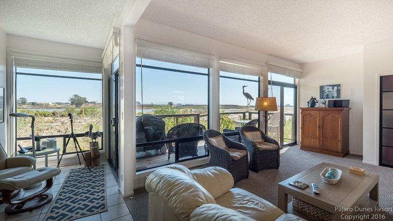 ¡Sala de estar muy amplia con vista y fácil acceso al patio!