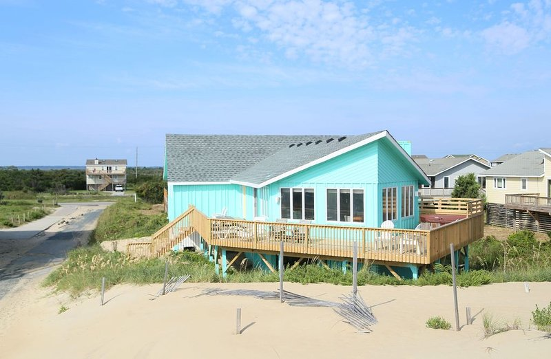 50 steps to the beach. Very nice living room with ocean views., holiday rental in Wanchese
