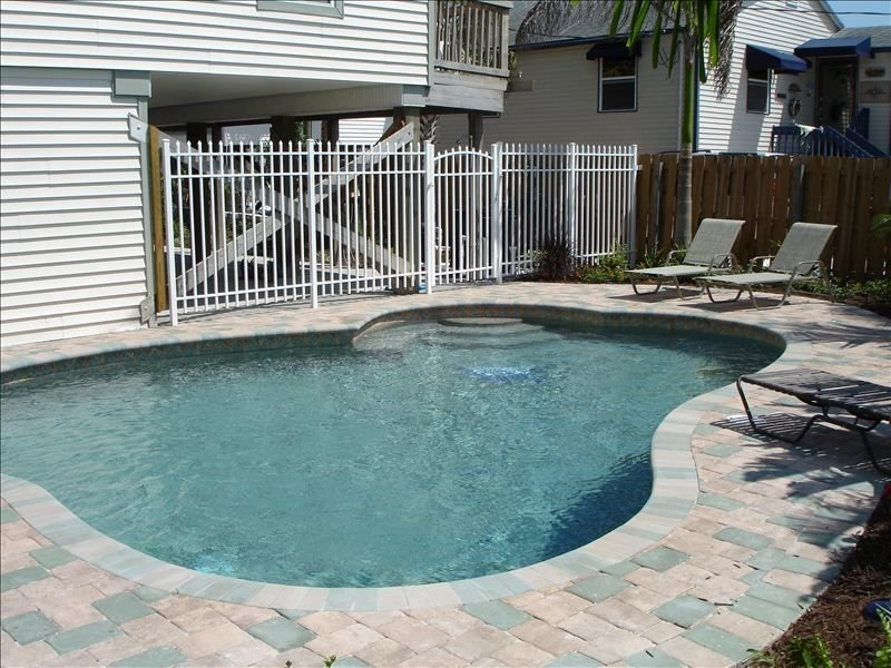 Steps to the beautiful beach! Times Square Area, perfect location!, holiday rental in Fort Myers Beach