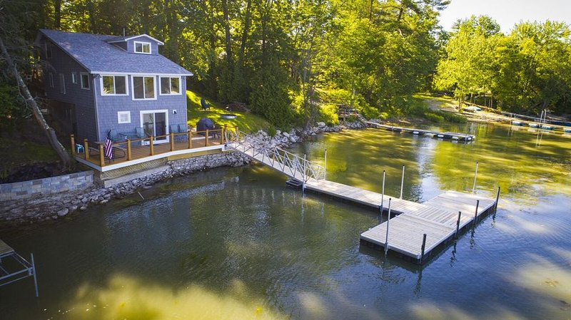 Newly Renovated Family Friendly Lake House on the Water's Edge. Boater's Dream!, aluguéis de temporada em Essex