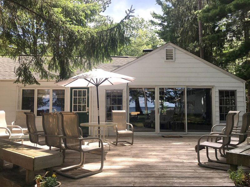 Charming Higgins Lake Lakefront Cottage with private dock and gorgeous views, aluguéis de temporada em Higgins Lake