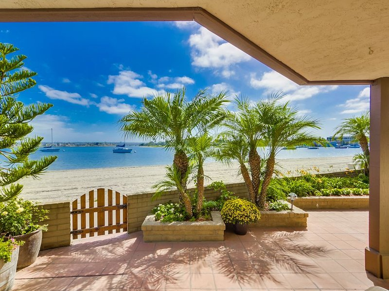 Right on the Beach! Newly Remodeled 2BR/2BA Bayfront. Perfect for Families., vacation rental in San Diego