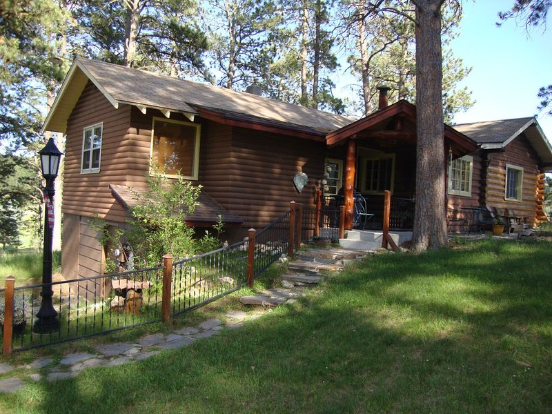 Original Log Cabin At Entrance To Custer State Park Overlooking Stockade Lake, casa vacanza a Custer
