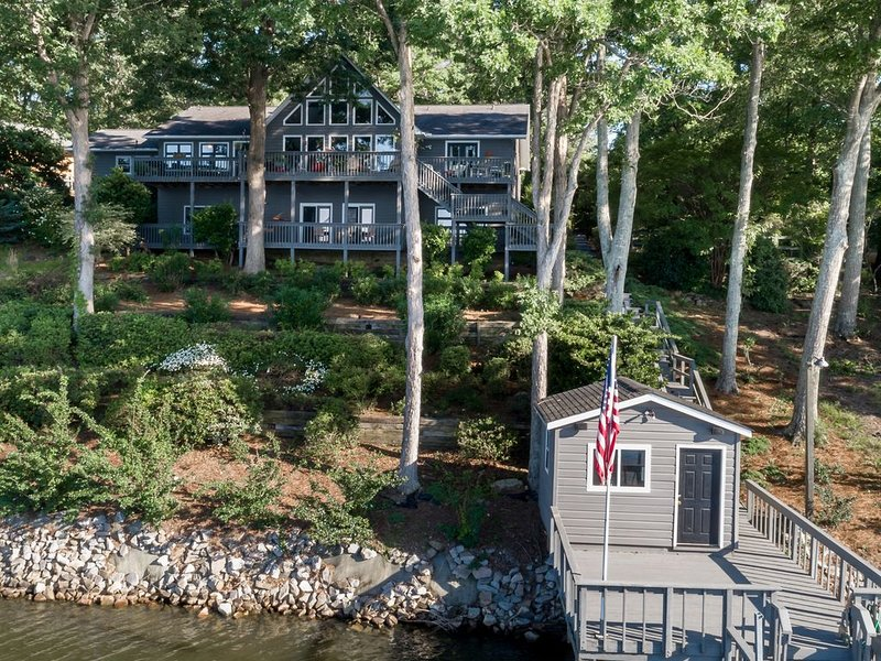 Gorgeous lakefront home - luxury and lots of space!, holiday rental in Prosperity