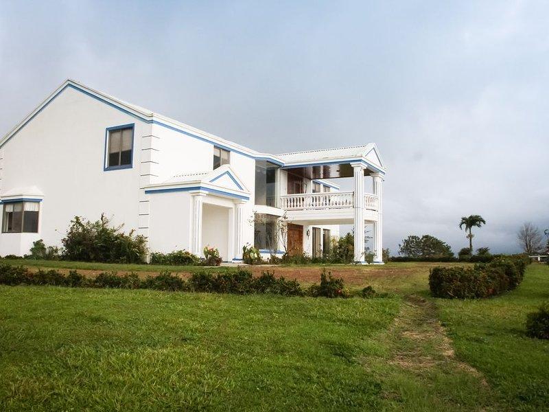 Luxury Villa..Magnificent Views of Volano & Lake..Pool, Horses, aluguéis de temporada em San Rafael de Guatuso
