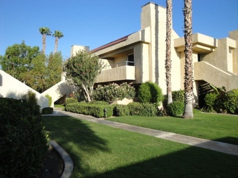 2 BR/2 BA End Unit with Views!  Pool/Spa. Quiet Gated Complex. Central Location, holiday rental in Cathedral City