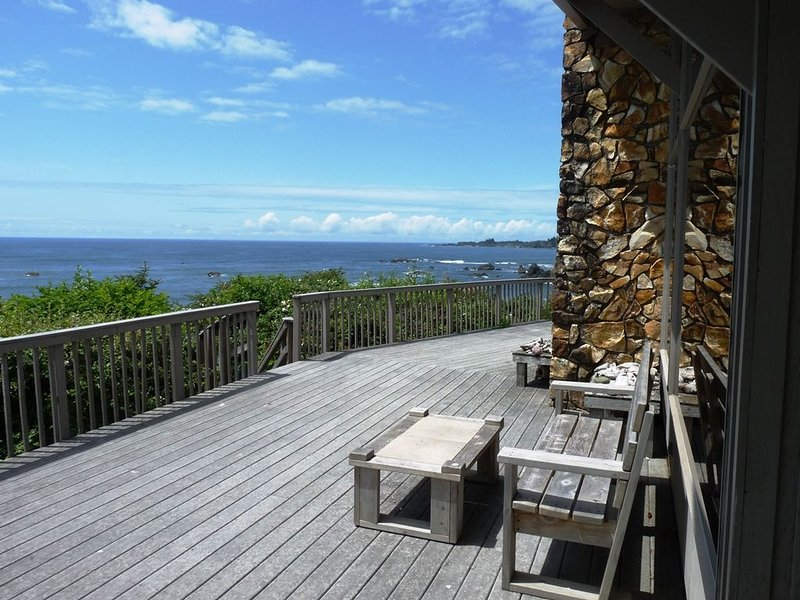 Gorgeous View Oceanfront with stairs to Beach, holiday rental in Harbor