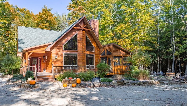 Immaculate 3 Bed / 2.5 Bath Hand-Hewn Log Cabin in Wooded Setting of Egg Harbor, location de vacances à Egg Harbor