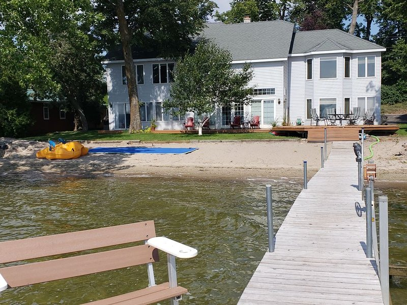 Blue Heron: Beautiful Large Otter Tail Lake Home with level lot and sandy beach, location de vacances à Ottertail