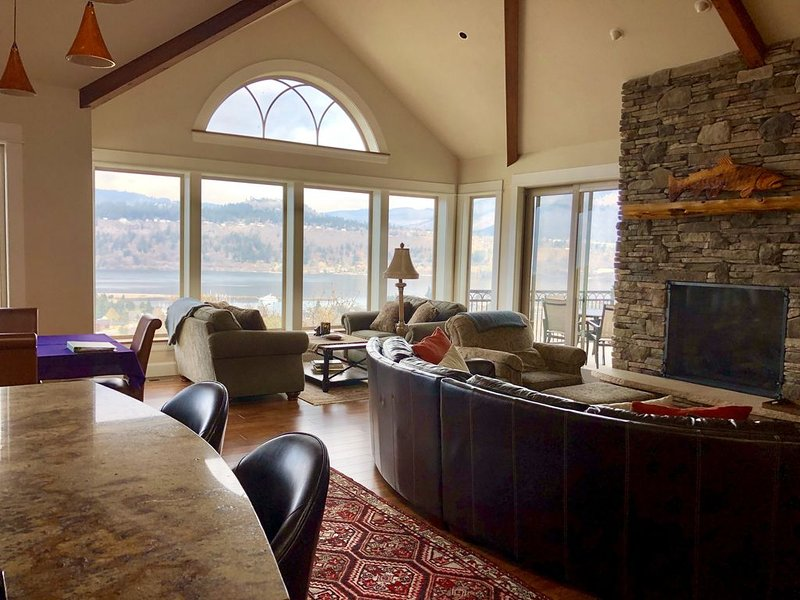 Gorge....ous Home with a Fabulous River VIEW and LOCATION, vacation rental in Hood River