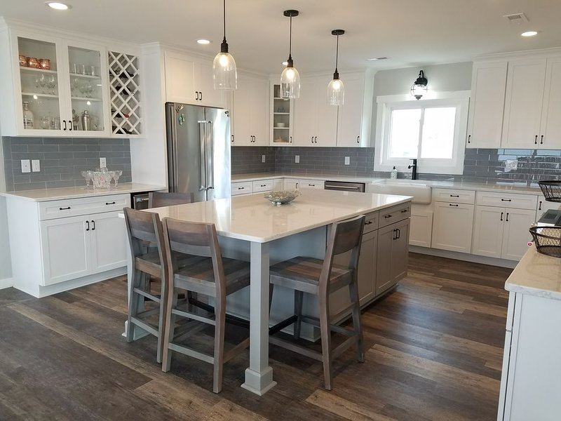 Completely Renovated *Single* Beachfront Home Sleeps 10, vacation rental in Emerald Isle