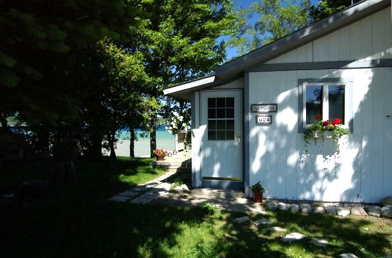 2 Bed/1BTH - close to village/wineries..unparalleled sunsets, holiday rental in Suttons Bay