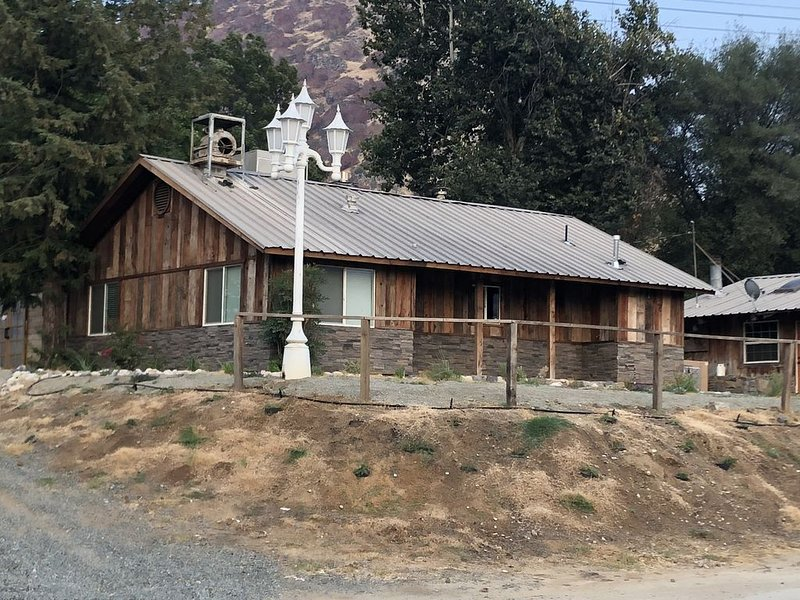 Rustic ranch house centrally located 1/2 mile from town, alquiler de vacaciones en Three Rivers