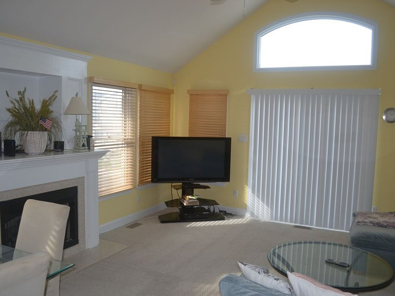 Gorgeous and Spacious Four Bedroom Townhouse.  Great Location!, holiday rental in Avalon