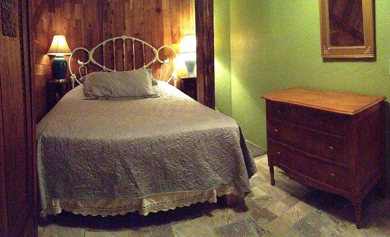 Chambre au niveau inférieur avec lit queen