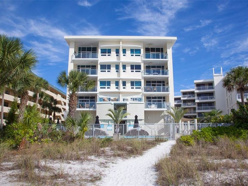 Luxurious Beach Front Condo On Siesta Key, holiday rental in Sarasota