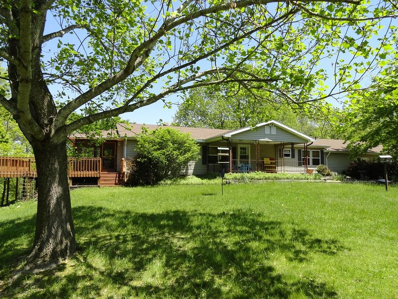 Fawn Point-Lakefront-Swim Deck-8 Acres to Explore-Lots of Deer., holiday rental in Rogers