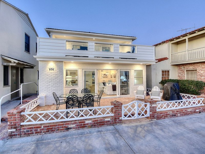 Beautiful Balboa Island Bayfront Beach House, vacation rental in Newport Beach
