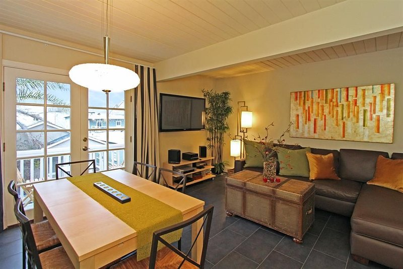 Modern Contemporary 3 bed 2 bath with A C and Parking Steps to Sand/Boardwalk, vacation rental in Newport Beach