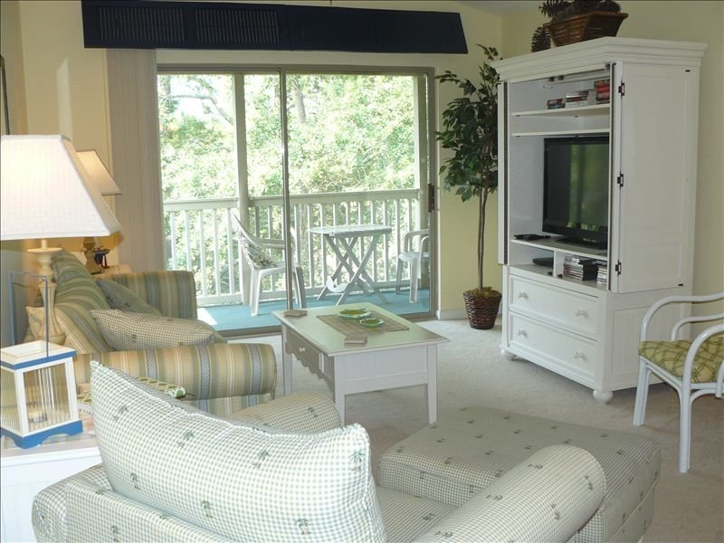 Freshly Decorated True Blue Condo 2BR 2BA, minutes to beach, aluguéis de temporada em Litchfield Beach