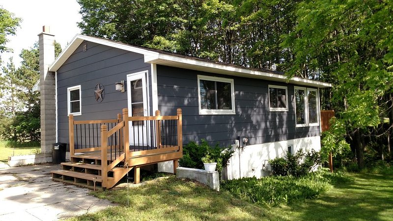 Newly listed! 8 Minutes to down town Traverse City and Bay Beach, holiday rental in Lake Ann