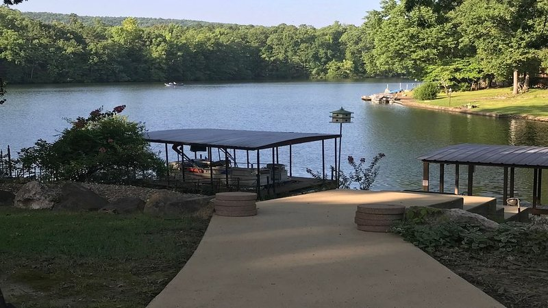 Spectacular views of Lake DeSoto in a 3 Bedroom & 2 full bath house on the lake!, vacation rental in Hot Springs Village