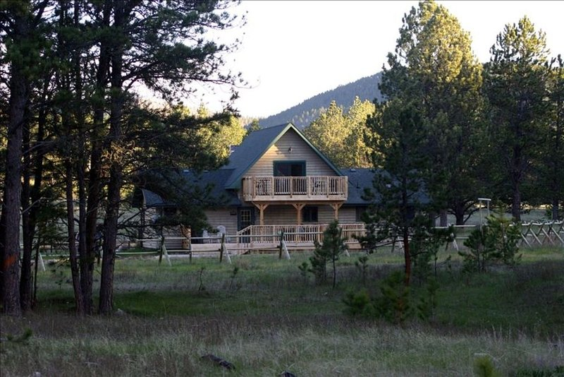 Best of Both Worlds - Wilderness  ~And~ Comforts, holiday rental in Custer