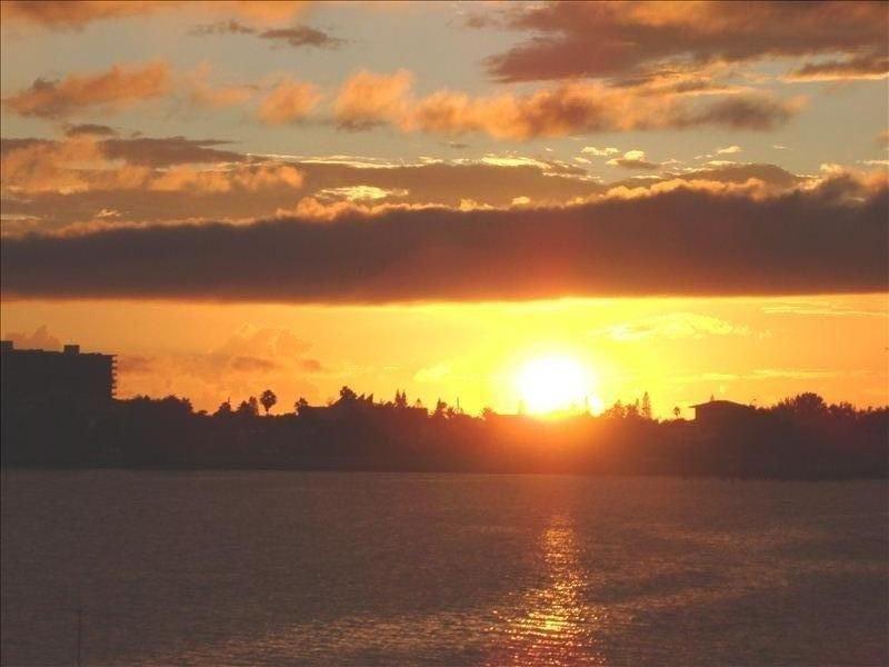 Island Home overlooks ST PETE BEACH!  -Boasts Gorgeous Waterfront Views, alquiler vacacional en South Pasadena