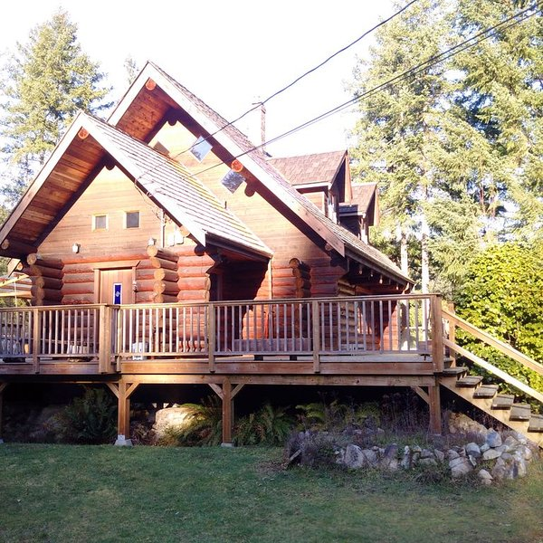 The Enchanted Woods Waterfront Log Cabin at Secret Cove, vakantiewoning in Sunshine Coast