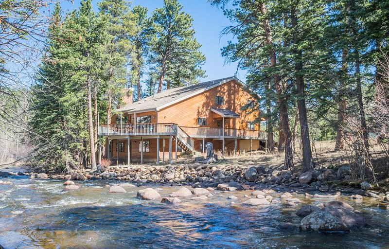 Riverfront, super clean, surrounded by fresh air.  (Reg. #6110), vacation rental in Estes Park