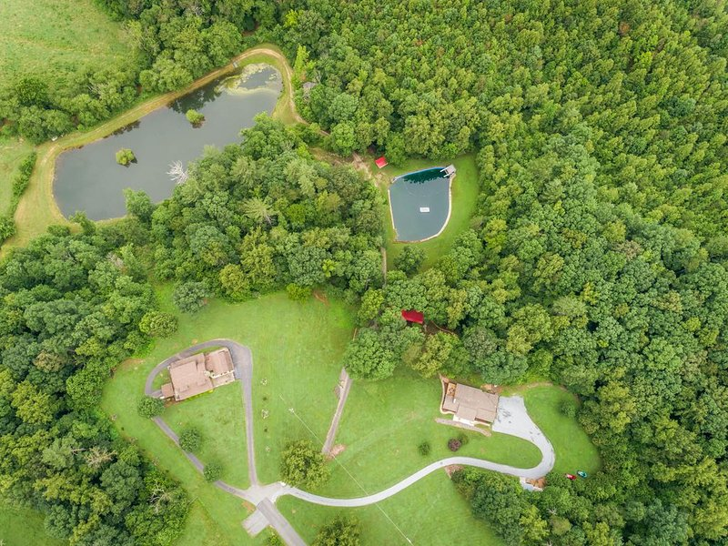 Cool Summer getaway, enjoy 2 private ponds, nearby mountains, golf cart avail., holiday rental in Morganton