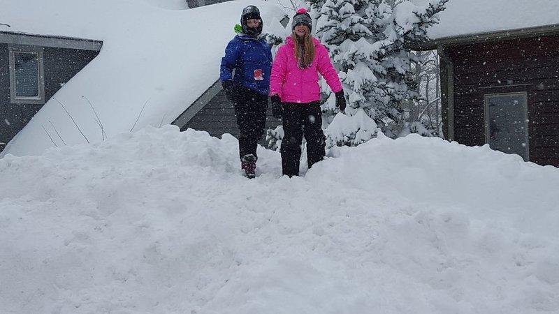 ¡Nuestros niños jugando en el camino de entrada durante un bonito día de nieve!