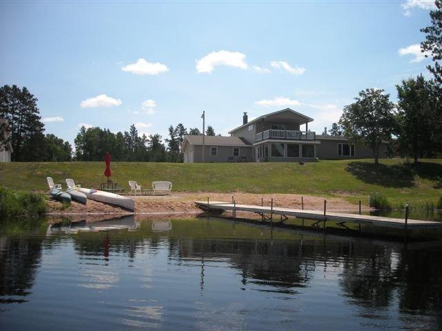 Exclusive Retreat!  Private Lake, River Frontage and 100's of Acres with Trails, alquiler de vacaciones en Barnes
