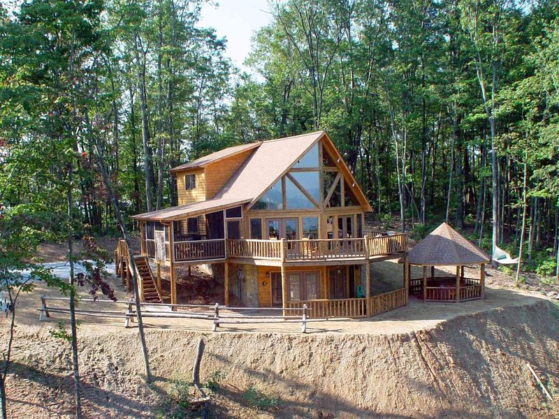 Luxurious, Secluded Cabin, with Gazebo Covered Hot-tub (+Amazing View), location de vacances à Blue Ridge