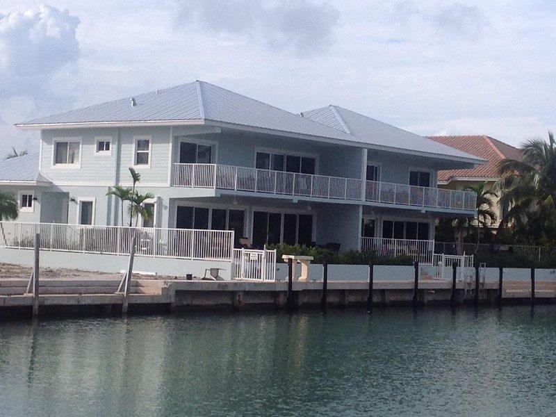 Canal front with Pool & 50 feet of Dock on each side / Cabana Club Included!, aluguéis de temporada em Key Colony Beach